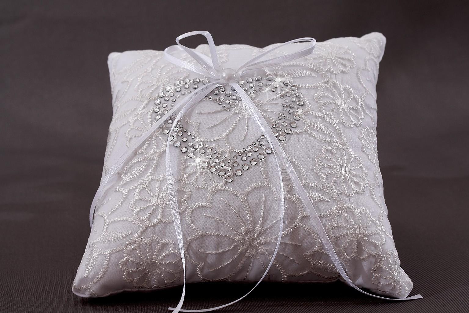coussin mariage porte alliances blanc broderie fleur coeur strass. Black Bedroom Furniture Sets. Home Design Ideas