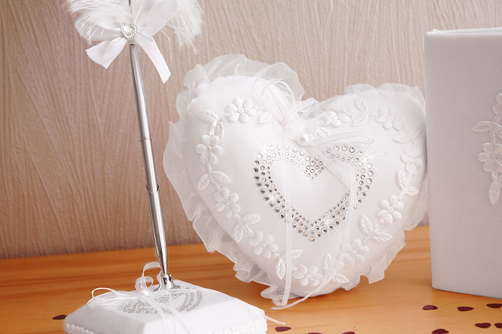 Coussin mariage porte alliances blanc coeur strass broderie - Differente forme de coussin ...